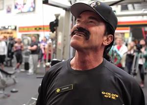 Arnold Schwarzenegger - admiring his photo